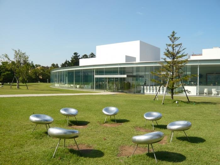 未来を感じさせるようなワクワクするような佇まいの金沢21世紀美術館は、「新しい文化の創造」と「新たなまちの賑わいの創出」を目的に設立された美術館です。
