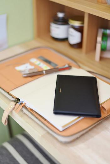 手帳を使いこなすには、愛着を持って使いこなすことが大事。 買った時のデフォルトのまま使うのもいいけれど、手帳用グッズで自分仕様にカスタマイズするとより一層、愛着が増します。 早速、オススメの手帳グッズをみていきましょう。