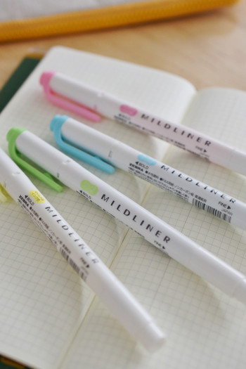手帳のなかで蛍光ペンを使うと主張しすぎてキツイ。 そんな悩みは、マイルドライナーで解消。 やんわりとした柔らかい色で、文字をカバーしてくれます。