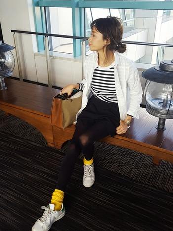 ビビッドな黄色は、ぜひ靴下で取り入れてみて。シンプルなコーディネートにこそ映えます。