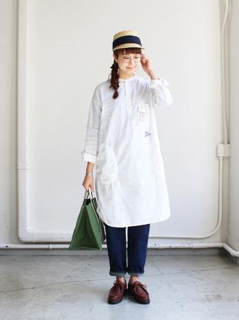シンプルな白のシャツワンピースは、春に大活躍しますね。緑のバッグで、ベーシックから一歩進んだコーディネートに。