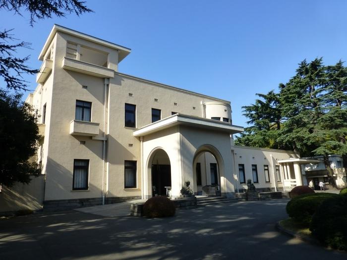 緑あふれる庭園と建物が印象的な東京都庭園美術館は、1983年に開館しました。