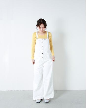 パステルイエローなら、どんなファッションにも合わせやすいです。白のサロペットと組み合わせて、春らしいコーディネートに。