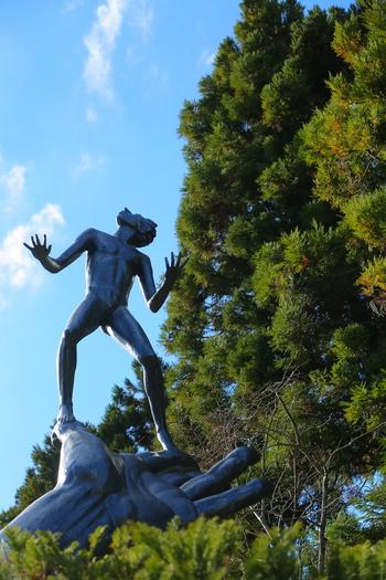 箱根彫刻の森美術館は、近代から現代にいたる優品や多彩な彫刻を野外展示している美術館です。