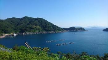 """(伊根湾は、湾の南側に浮かぶ""""青島""""により、風の影響を受けにくく、湾外に比べて穏やか)"""