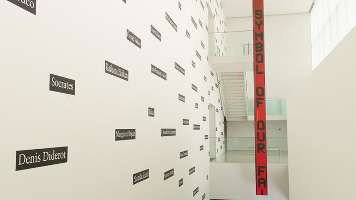 ジョセフ・コスースの世界の哲学者や思想家225名の名前をネームプレートとして表記したものと、ジェニー・ホルツァーのLEDパネルによるインスタレーションが階段部分に施されています。