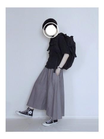 こちらは定番リネンのスカート。ふんわりしたシルエットがとてもステキ。スニーカとの相性も抜群ですね。
