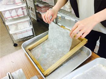 和詩倶楽部油小路本店では、お一人さま500円で「紙漉き体験」ができます。お子様からお年寄りまで、どなたでも参加できますよ。自分用にはもちろん、お土産としてもおすすめです。是非、事前に予約をして体験してみてください!