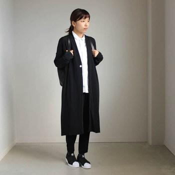 ブラックをベースにしたマニッシュなスタイリング。シャツとあわせていることもありかっちりとした印象が強いですが、Tシャツに変えれば、ヌケ感をより高めることもできます。