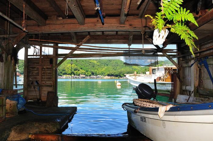 舟屋の1階は、船のガレージ+作業場。  船の調整や出漁の準備、干物や洗濯物を干したり。伊根の暮らしには欠かせない大切な場所です。