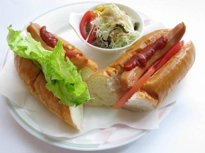 徳島県でおすすめなのが「小松島 やまなみ珈琲」の自家製のパンで作るホットドッグ。トマトのスライスやレタスを挟む、シカゴスタイルです。サラダもついて430円というお値段はかなりお得。