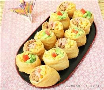 アボカドとカニかま、ツナ缶、卵そぼろなどを使ったサラダ寿司感覚の洋風いなりです。子どもたちが好きなものばかりの組み合わせ。美味しそうに頬張る姿が目に浮かぶようですね。