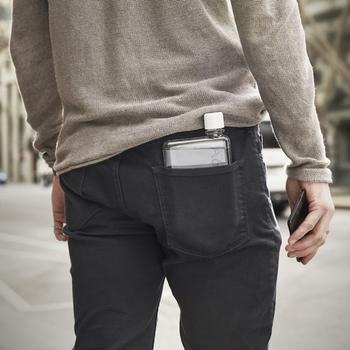 「マイボトルを持ち歩いてみたいけど、かさばるのが嫌だ」という方にはもってこいの、画期的な商品ですよね。A6サイズは、なんとパンツのポケットに入るほどの小ささです!