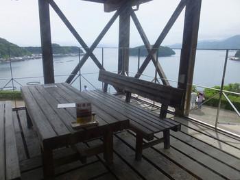 伊根湾に水揚げされた旬の魚介類を堪能できる、レストラン「舟屋」。客席からも伊根湾が一望できます。