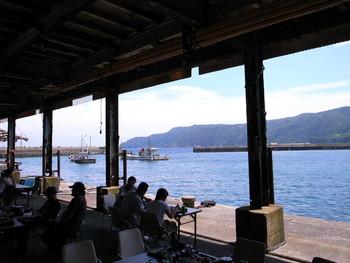 漁港で食べる「漁港めし」。海に面した屋外の開放感を楽しみつつ頂く食事は、量も鮮度も抜群。