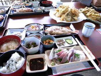 漁港で水揚げしたばかり旬の魚と地元の農産物をたっぷり使った料理が楽しめます。(事前予約要)