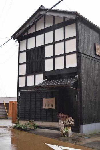 舟屋を改装した「WATER FRONT INN 与謝荘」。伊根の風情を堪能するのなら、舟屋に泊まって。  レトロモダンな雰囲気と、心温まるもてなしが好評。
