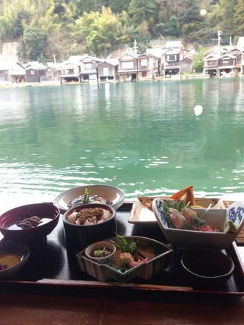 「WATER FRONT INN 与謝荘」には食事処も併設されています。対岸の舟屋を眺めながら食事をするのなら、ぜひここで。  食事は、リーズナブルな価格で頂ける、新鮮な海鮮料理。お刺身定食が人気です。