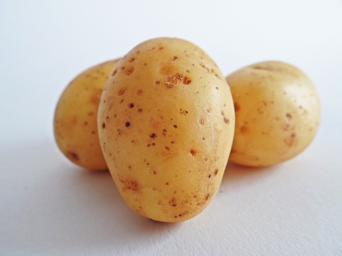 一番一般的なのは、ツナとジャガイモ。 塩こしょうやクミン、パプリカなどのスパイスで味付けして火を通します。