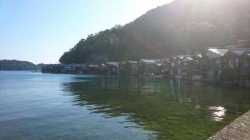 夏の伊根の舟屋群。  背後に連なる山並みと舟屋。そして穏やかな海が織り成す景色は、伊根ならでは。