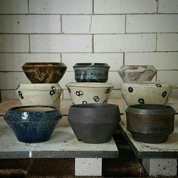 お部屋の雰囲気や、好みのイメージに合った盆栽鉢を準備。ミニ盆栽に使う盆栽鉢は、手のひらサイズで探します。お湯呑などでも代用できますよ。