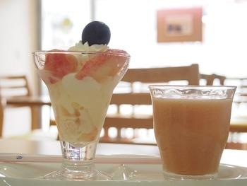 桃や苺など、季節の旬フルーツを使ったメニューも豊富で、季節ごとに訪れたくなります。 こちらは、桃パフェと桃ジュース。