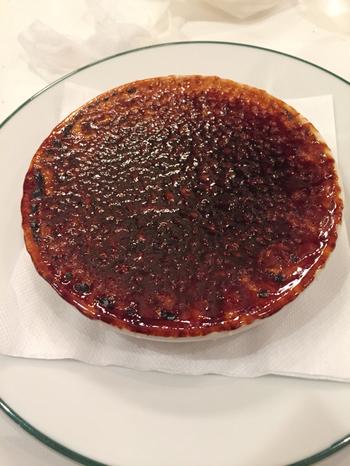 そして、同じくフランスのカフェに欠かせない、クリームブリュレ。その名も、クレームアメリです。ほろ苦いカラメルと、優しく甘いクリームが絶品です。  八重桜を見ながら、パリパりに焼き上げられたカラメルをアメリのように割って食べてみてくださいね。