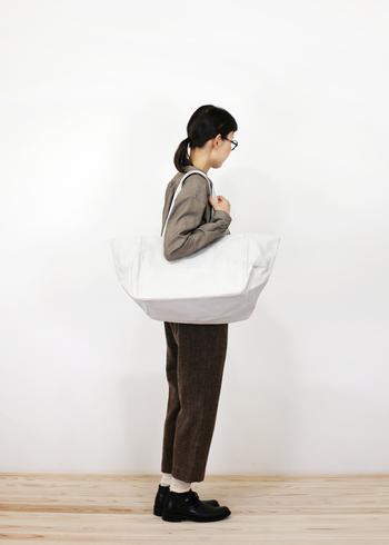 キナリノ読者の皆さんは、もうすでに白色の帆布トートバッグをお洒落にお持ちの方も多いはず…! 季節問わずにどんな服装にもマッチする、白色の帆布トートバッグって一度その使い勝手の良さを知ってしまうと、他のバッグを使えないほどそればっかりにハマってしまうことってありませんか?  今回は、そんなあなたの2つ目としてもおすすめのしっかりとした帆布の生地を使ったトートバッグブランドをおさらい♪どれも、しっかりとした作りで日常使いからお出かけまで役立つこと間違いなしのアイテムです。 これから、春のファッションのお供に購入を考えている方にもおすすめのブランドばかりなので是非チェックしてくださいね!