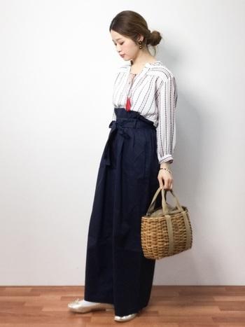 シャツとワイドパンツのコーディネートには、カゴバッグと同系色のメタリックなバレエシューズを合わせると着こなしに統一感が出ます。ワイドパンツの真似したいコーディネート例です。
