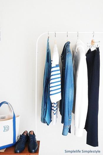持っている洋服を「いる」「いらない」「捨てる」「譲る」の4つに区分して、洋服を整理。いったん全て出して分類することで、持ち物を把握でき、似たような洋服ばかりになるのを防ぎます。