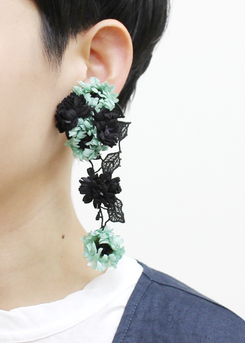 お花モチーフのイヤークリップ。やや大ぶりで動きに合わせてユラユラ揺れる染め花が可愛らしいアイテムです。
