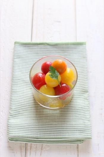目にも鮮やかなトマトピクルスの完成です!赤・紫・緑など様々な色のトマトと合わせることで、ぐっと華やかな「チョイ足し食材」になりますよ。
