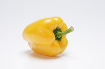 赤パプリカと同じように、炒め物などで彩りのお手伝いをしてくれるのが黄色パプリカです。生で食べることもできるので、色々な「チョイ足し食材」として活用できそうです。栄養も豊富でオレンジの約5倍ものビタミンCが含まれているそうですよ!