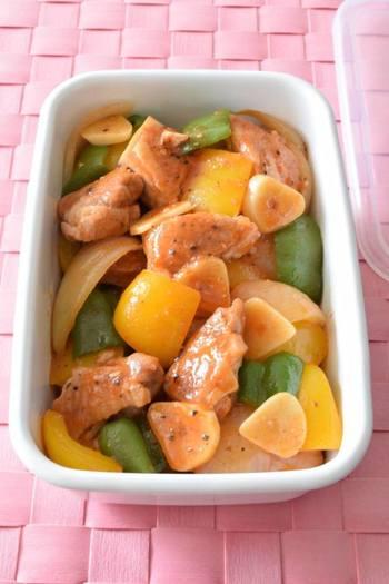 こちらは「鶏肉とパプリカのトマトピューレ炒め」。作り置きもできるので、お弁当にもう一品欲しいときあると便利ですね。彩りはもちろんですが、鶏肉を使っているのでがっつりご飯のおかずにもぴったりです。