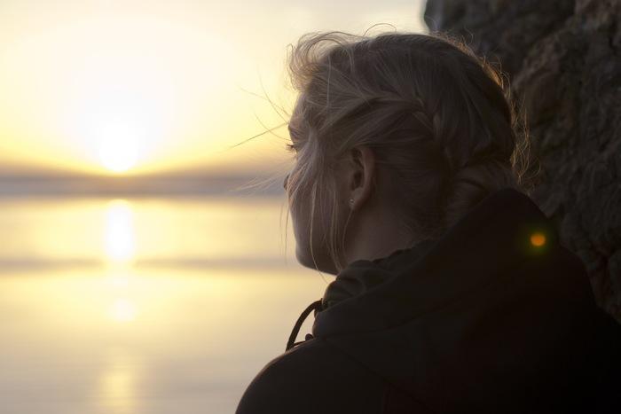 今回はそんな『マインドフルネス』の代表的な「呼吸に集中する」ワークと、「レーズンエクササイズ」をご紹介しました。 どちらも初心者向けのベーシックな実践法ですが、本格的な瞑想を行う際には以下の注意点に気を付けましょう。 本来『マインドフルネス』の瞑想は、専門家の指導を受けて実践するものです。 適切な指導を受けずに自己流で長時間の瞑想を行うと、自分の意識をコントロールできなくなるなど様々なリスクがあります。 今回ご紹介したベーシックな実践法よりも、さらに本格的な瞑想に取り組みたい方は、ぜひ専門家の指導のもとで実践してくださいね。