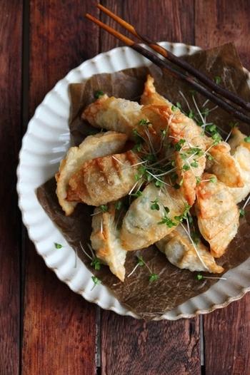 背わたをとったエビとチーズを細かく刻み、青ネギと小麦粉、塩を混ぜ合わせます。チーズが溶けてくることを考慮して、具を詰め込みすぎないようにするのがコツ。