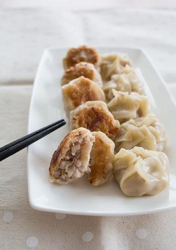 いつもの餃子のタネにれんこんを加えるだけで、シャキシャキ歯ごたえの餃子のできあがり。根菜を食べることで、体も温まります。