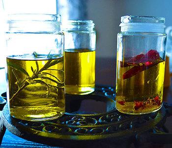 植物油や動物脂であれば、加熱すると成分が分解され酸化してしまいます。しかし嬉しいことに、加熱による酸化に強いオレイン酸が主成分であるオリーブオイルは、調理しても機能を損なわずに有効な成分をそのまま摂取することができるのです。