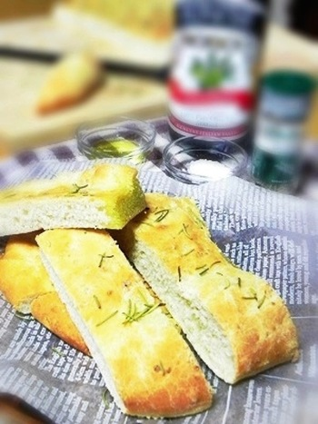 もちもちの食感が魅力のイタリアのパン、フォカッチャにはバターは使いません。その代わりにオリーブオイルやハーブで味付けします。焼きたてのフォカッチャは、ごはんともおつまみとも好相性! たまにはヘルシーなパン作りもいいですね。