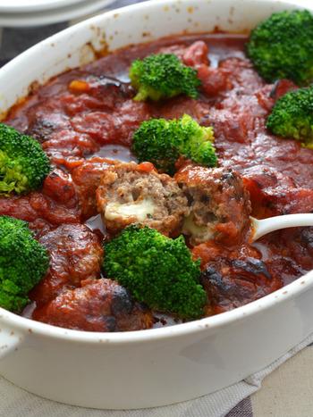 トマトソースの中に、チーズ入りミートボールがごろごろ♪ 大皿でみんなで取り分けてワイワイ楽しく食べれる1品です。