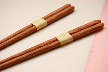 キメの細かい桜の木を使って作られた天然木のお箸。職人さんの手によるぼこぼことした表面が美しく、さらに手にしっかり馴染みます。