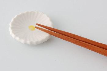可憐で清楚な印象の「たくまポタリー」の「ひな菊」。金沢で作陶する「宅間裕子さん」の手によるものです。食卓に華を添えるという言葉そのままに、毎日の食卓を明るくしてくれそうですね。