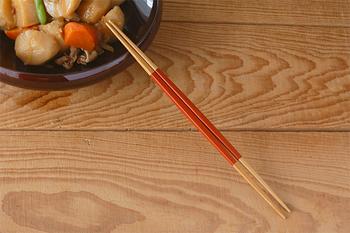 お箸の両方が細くなっている「公長齋小菅」の「両細取り箸」は、お箸の両方を取り箸として使える優れもの。おかずの取り分けはもちろん、鍋物にも便利です。