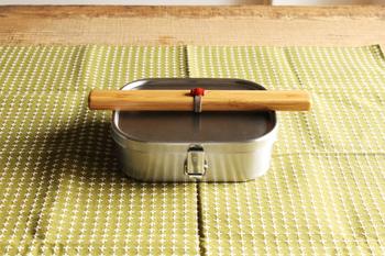 マイ箸を持ち歩くかたも近頃は多いですよね。お箸に合う素敵なケースをお探しの方におすすめなのが「公長齋小菅」の「煤積層携帯箸ケース」。かさばらず、竹の層が美しいケースは男女を問いません。