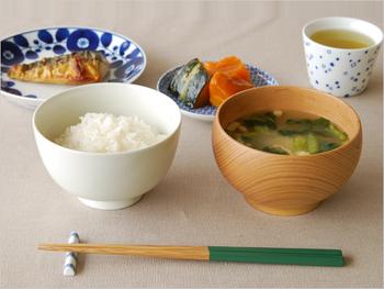 竹の工芸品の老舗メーカー「公長齋小菅」による竹製のお箸「みやこ箸」。お箸の先が細く丸く作られており、小さなものでも掴みやすいのが特徴です。持ち手は日本らしい色味が7色。どれにしようか迷ってしまいます。