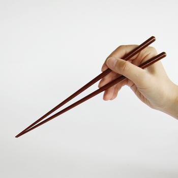 「株式会社兵左衛門」の「焼魚の箸」は、焼き魚の身を綺麗にほぐしやすいように工夫された焼き魚専用のお箸です。小骨の取りやすいこのお箸なら、焼き魚を食べるのが楽しくなりそうですね。