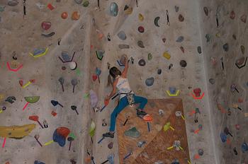 ちょっと珍しい習い事で、ボルダリングもご紹介。大きな岩を掴み、手使って登る。道具はシューズとチョークだけの至ってシンプルなスポーツです。とってもシンプルながら意外とむずかしい!?でも、やり始めるとハマっちゃう! 最近では街中や住宅街にもボルダリングショップが出来るほど人気のスポーツになっています。
