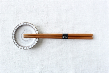 子どもが使うお箸には天然素材のものを選びたいですよね。木よりも丈夫で色移りしにくい竹で作られたお箸なら安心です。