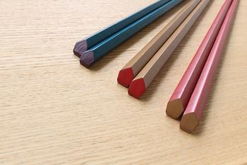 可愛らしい色味と五角形の形が印象的な「KORINDO」の「えちぜん箸 天削り五角箸」。五角形という形が手によく馴染みます。