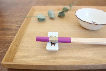 人が集まったときのお楽しみに使いたいのが「中川政七商店」の「おみくじ 五色箸」です。吉野杉で作られた割り箸の先が五色の色鮮やかな包み紙で包んであり、食事をより楽しく演出してくれそうです。